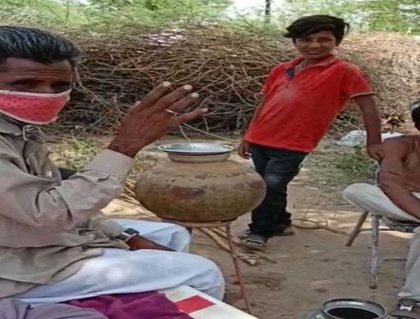 हेमावास गांव में टीका लगाने को लेकर इनकार करता वृद्ध।