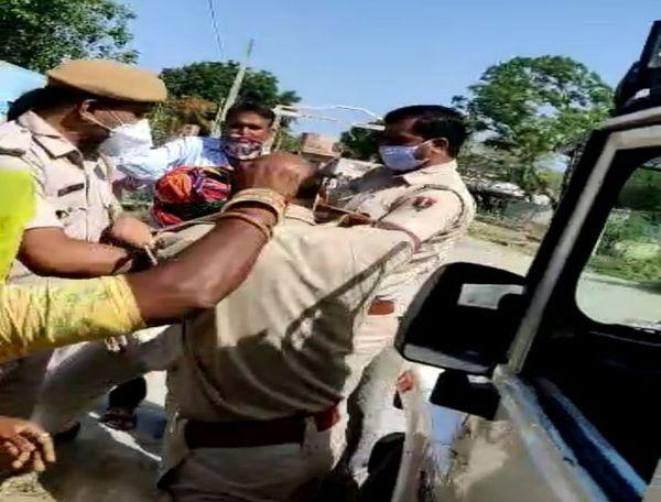 वृद्धा ने की पुलिसकर्मी की पीठ पर मुक्कों की बरसात।
