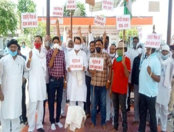 बांदीकुई MLA जीआर खटाणा के नेतृत्व में प्रदर्शन करते कांग्रेसी