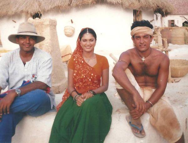 डायरेक्टर आशुतोष गोवारिकर और आमिर खान के साथ ग्रेसी सिंह।