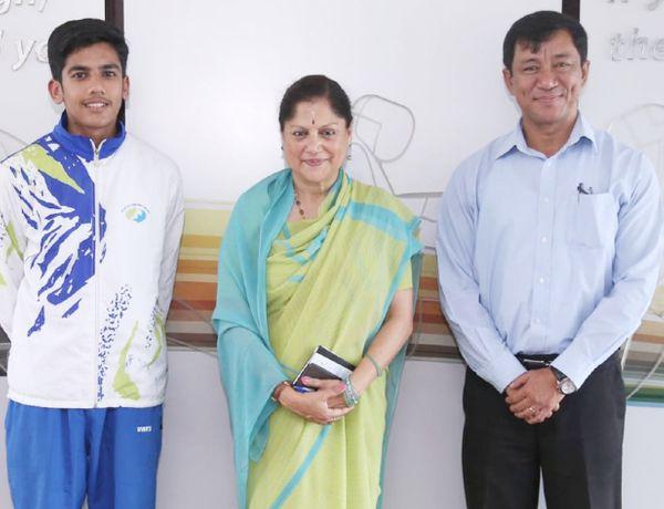मध्य प्रदेश की खेल मंत्री यशोधरा राजे सिंधिया के साथ ऐश्वर्य प्रताप सिंह (बाएं)