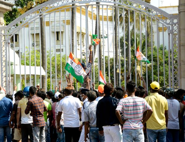 तृणमूल कांग्रेस के कार्यकर्ता CBI की कार्रवाई के विरोध में राजभवन भी पहुंचे थे। यहां भी उन्होंने प्रदर्शन कर अपना गुस्सा जाहिर किया।