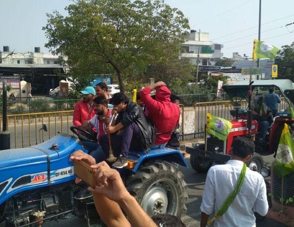 ट्रैक्टर रैली में मौजूद एक युवक हुक्के का सुट्टा लगाते हुए।