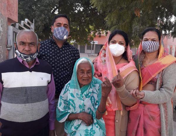 मुंबई से आया परिवार नोखा में एक साथ मतदान करने पहुंचा। फोटो : राजेश अग्रवाल