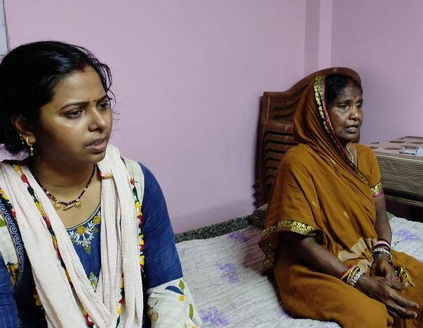 घर में चिंतित पत्नी व मां।