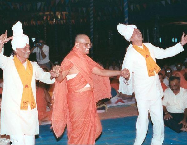 આચાર્ય શ્રી પુરુષોત્તમપ્રિયદાસજી સ્વામીજી મહારાજના સાથે કે.લાલની 1991ની ફાઈલ તસવીર