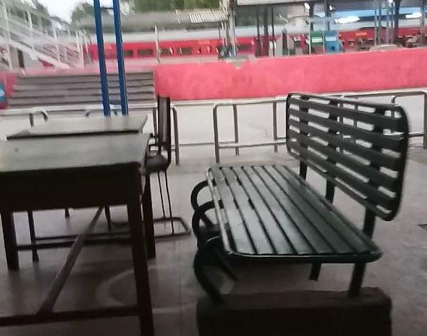 रेलवे स्टेशन पर थर्मल स्क्रीनिंग करने वालों की खाली पड़ी कुर्सिंयां