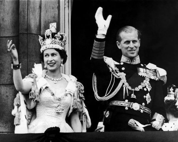 2 जून, 1953 की यह तस्वीर एलिजाबेथ द्वितीय और प्रिंस फिलिप को दिखाती है