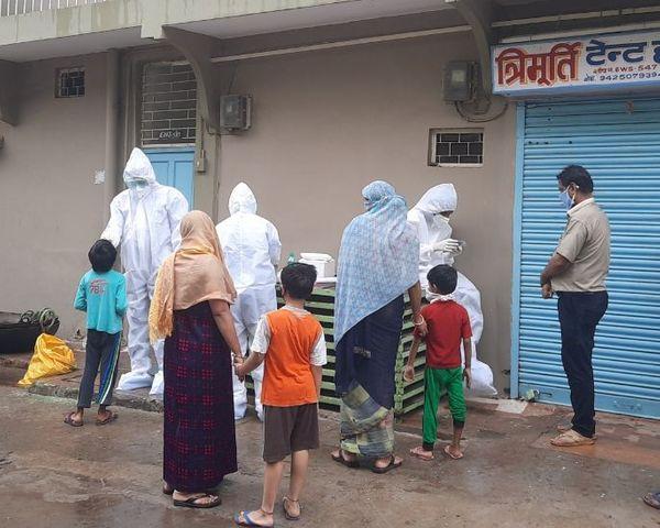 राजधानी भोपाल में किल कोरोना अभियान के तहत लोगों के स्वास्थ्य की जांच करती टीम।