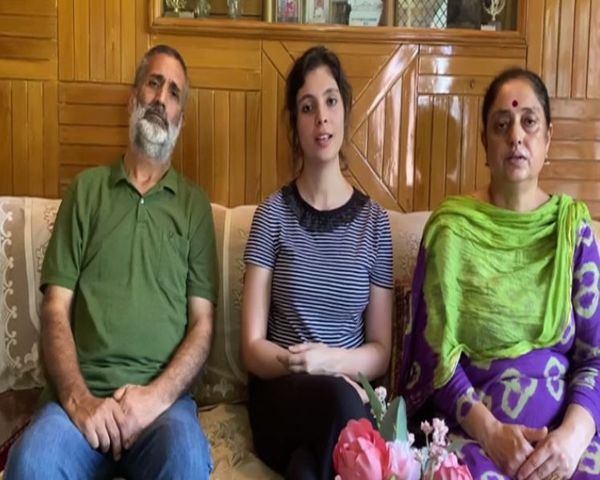 फ्लाइंग ऑफिसर माव्या पिता विनोद सूदन और मां सुषमा सूदन के साथ।