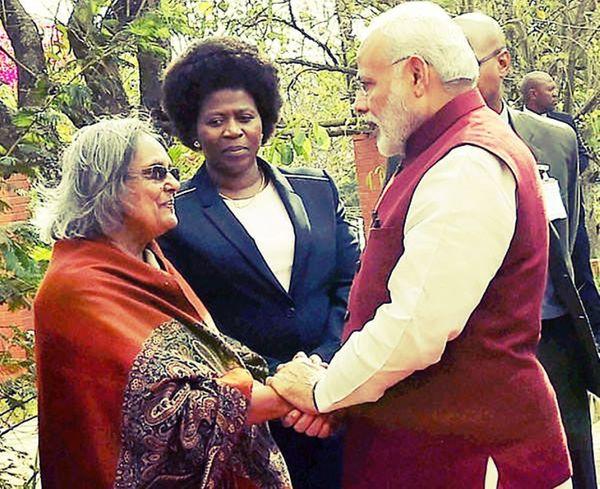 2016 में अपने दक्षिण अफ्रीका दौरे के दौरान प्रधानमंत्री नरेंद्र मोदी ने गांधी जी की पोती और लता की मां इला गांधी से मुलाकात की थी।
