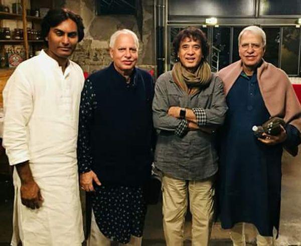 तबला वादक उस्ताद जाकिर हुसैन के साथ राजन-साजन मिश्र।