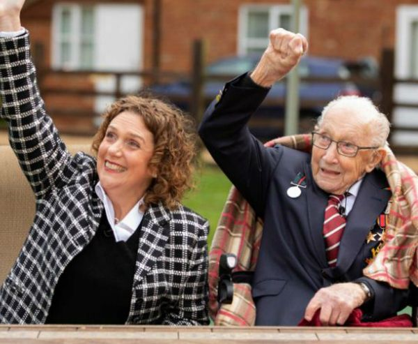 ब्रिटेन के पूर्व कर्नल टॉम मूर गुरुवार को 100 साल के हो गए। रॉयल एयरफोर्स ने उनके सम्मान में फ्लायपास्ट भी किया। यहां वो बेटी हन्नाह के साथ।