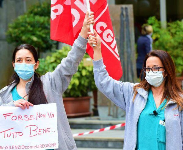 इटली से यह संभवत: पहली तस्वीर है जिसमें मेडिकल स्टाफ सरकार के विरोध में प्रदर्शन कर रहा है। तूरिन में बुधवार को इन मेडिकल वर्कर्स ने इक्युमेंट्स की कमी के विरोध में नारेबाजी की।