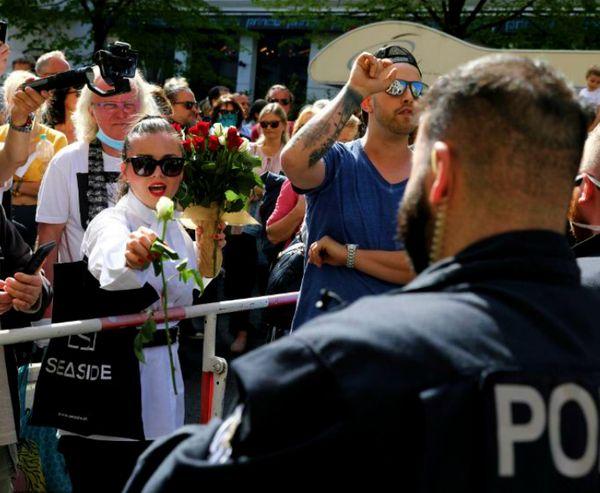 जर्मनी में लॉकडाउन के विरोध में प्रदर्शन शुरू हो गए हैं। यहां लोगों का कहना है कि सरकार लॉकडाउन लगाकर कारोबार बंद करने के बजाए इसके विकल्प खोजे। शनिवार को बर्लिन में ऐसे ही एक विरोध प्रदर्शन के दौरान पुलिसकर्मी को फूल देती महिला।