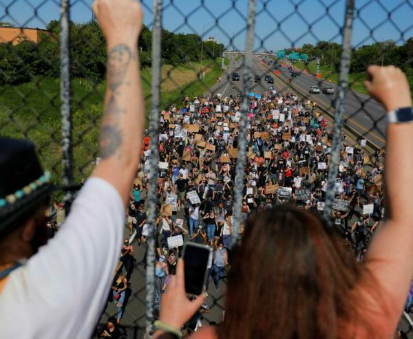 मिनेसोटा में भी फ्लॉयड की पुलिस के हाथों मौत के खिलाफ विरोध प्रदर्शन हो रहे हैं। यहां के गवर्नर ने ट्रम्प प्रशासन से रिजर्व फोर्स भेजने को कहा है।