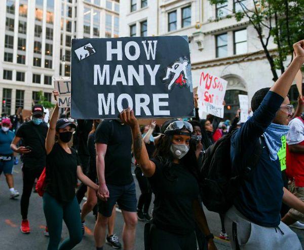 वॉशिंगटन में कई जगह विरोध प्रदर्शन हो रहे हैं। कई संगठन इनसे जुड़े हैं। सोमवार को पुलिस ने कहा कि कुछ छात्र और श्वेत संगठनों के खिलाफ भी जांच की जा रही है।