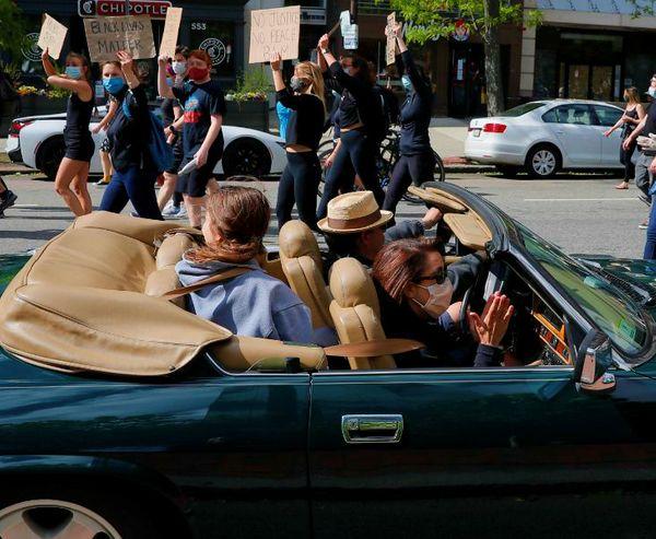 बोस्टन की सड़कों पर भी जॉर्ज को न्याय दिलाने की मांग को लेकर प्रदर्शन जारी है। लोग रैली निकाल रहे हैं। ऐसी ही एक रैली को अपनी कार में बैठकर देखता परिवार।
