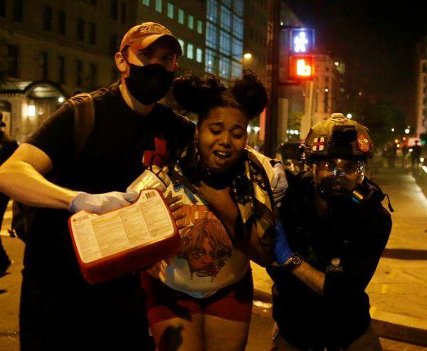वॉशिंगटन में हिंसा की कई घटनाएं हुईं। पुलिस ने कुछ प्रदर्शनकारियों को हिरासत में लिया। स्थानीय प्रशासन ने अब यहां नेशनल गार्ड्स को तैनात किया है।