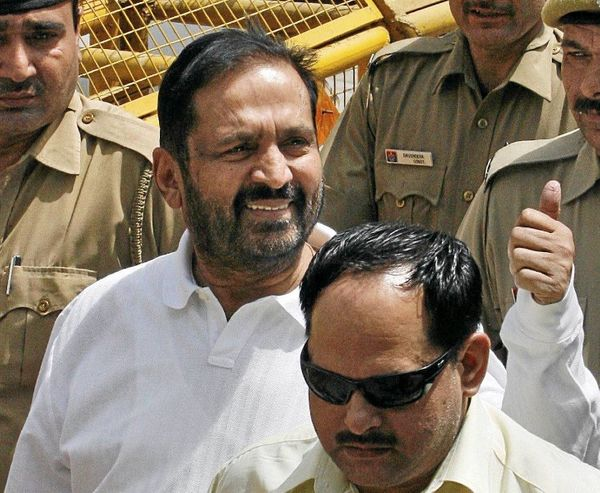 20 मई 2011 को CBI ने कॉमनवेल्थ घोटाले में पहली चार्चशीट दाखिल की। इसमें भारतीय ओलिंपिक संघ के तत्कालीन प्रमुख सुरेश कलमाड़ी समेत 9 लोगों को आरोपी बनाया गया था।