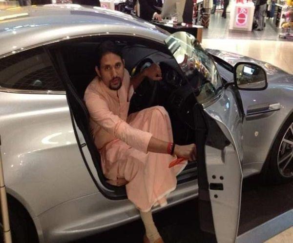 भारत में आनंद गिरि लग्जरी कारों से सफर करते तो दिखाई ही दिए ही हैं, विदेश में भी उनका शौक बरकरार दिखा।