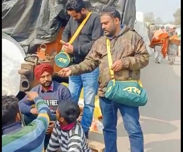 बठिंडा से टिकरी बॉर्डर पहुंचे गुरविंदर किसानों को रोजमर्रा की जरूरी चीजें देते हुए।
