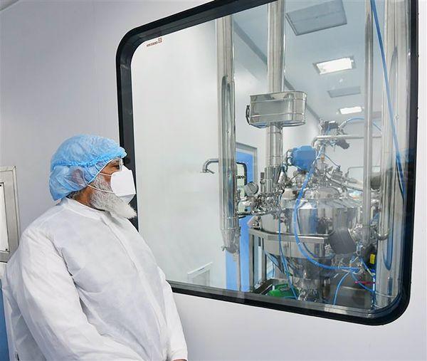 अहमदाबाद में जायडस की वैक्सीन मैन्यूफैक्चरिंग प्रक्रिया को समझते हुए प्रधानमंत्री नरेंद्र मोदी।