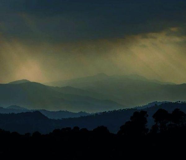 माउंटआबू में बदले मौसम के कारण बादलों के बीच से सूरज की किरणें पहाड़ों पर पड़ी तो लगा मानो किसी कलाकार ने प्रकृति की सुंदर पेंटिंग बनाकर वहां लगाई हो।