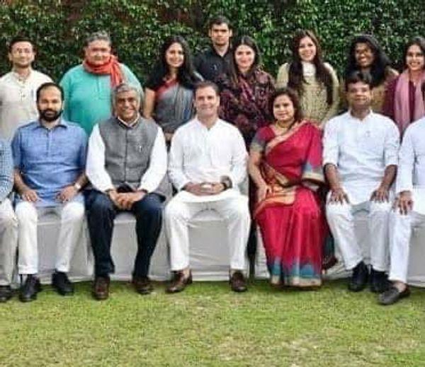 भाजपा प्रवक्ता संबित पात्रा ने बुधवार को कुछ फोटो सोशल मीडिया पर शेयर किए। इसमें कथित टूलकिट राइटर सौम्या वर्मा राहुल गांधी के पीछे (बाएं) नजर आ रही हैं।