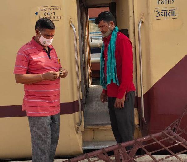 रेलवे स्टेशन पर यात्रियों के सर्वाधिक सम्पर्क में आने वाले कुली भी मास्क लगाने में लापरवाही बरत रहे हैं।