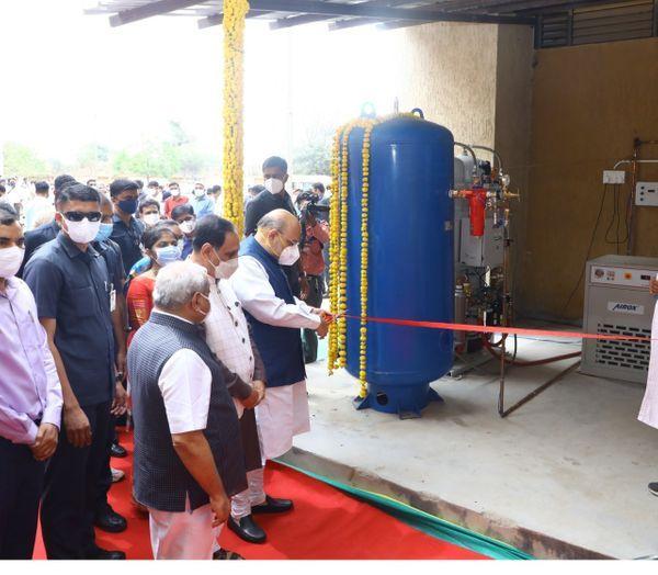 शनिवार सुबह अमित शाह ने गांधीनगर के कोलवाडा गांव के आयुर्वेदिक अस्पताल में एक ऑक्सीजन प्लांट का उद्घाटन किया।