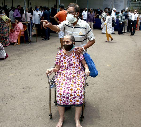 महाराष्ट्र के गोरेगांव में ये बुजुर्ग दंपती वैक्सीन लगवाने पहुंचे हैं।