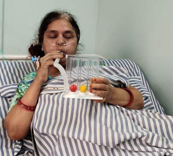कोरोना संक्रमण से उबरीं संगीता शर्मा को भी चेस्ट फिजियोथैरपी लेने के बाद काफी आराम मिल गया है।