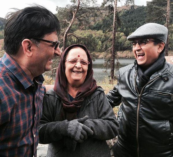 मां और भाई के साथ दिलीप जोशी