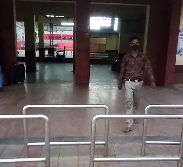 स्टेशन का मुख्य प्रवेश द्वार पर जांच की व्यवस्था नहीं है।