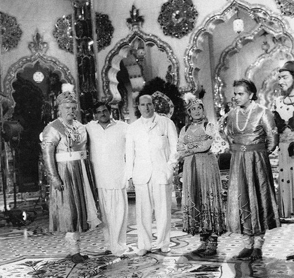 इस फोटो को ऋषि कपूर ने कुछ साल पहले अपने सोशल मीडिया अकाउंट पर शेयर किया था।  इसमें मुगल-ए-आज़म के निर्देशक के आसिफ पृथ्वीराज कपूर, मधुबाला, दिलीप कुमार और इतालवी निर्देशक रॉबर्टो रोसेलिनी हैं।  फोटो 'प्यार किया तो डरना क्या' गाने की शूटिंग के समय की है।