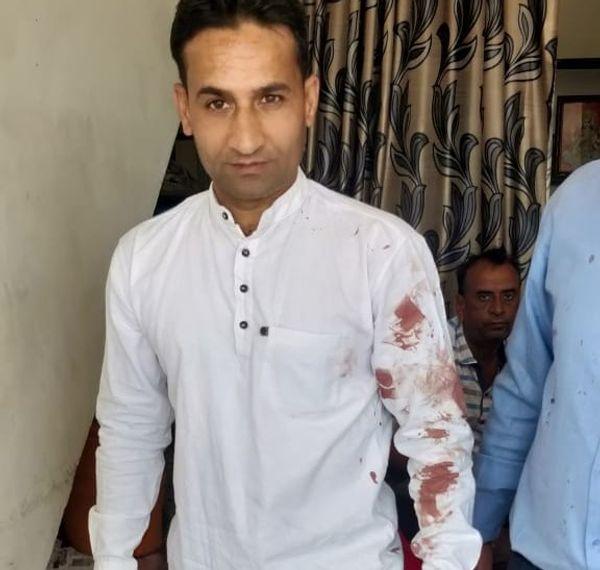 मारपीट के डॉक्टर के इतने खून आए कि साथी स्टाफ सदस्य की शर्ट की खून से सन गई।