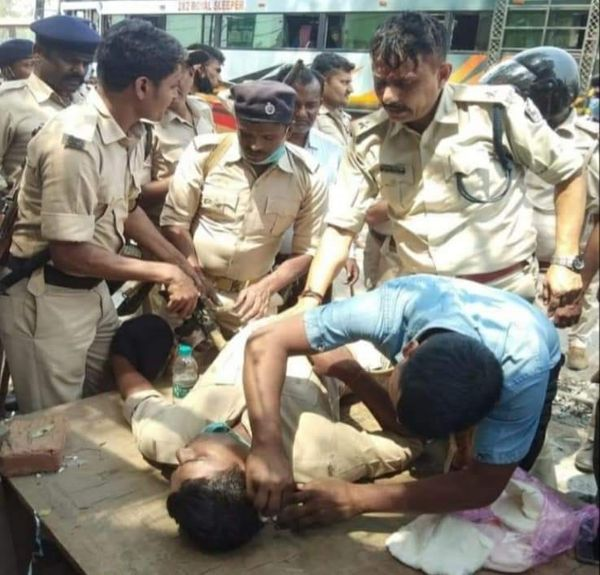 उपद्रव के दौरान घायल पुलिसकर्मी।