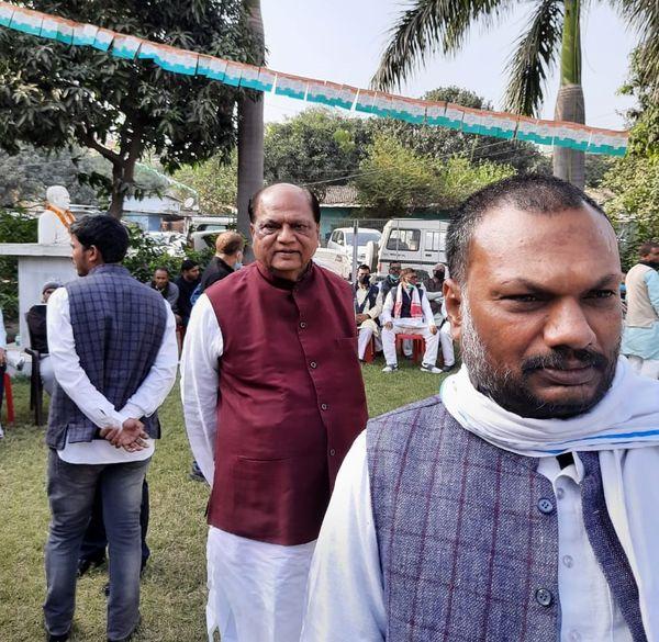लाइन में खड़े होकर नए बिहार प्रभारी से मिलने का कर रहे इंतजार कर रहे 'बाहरी' भरत सिंह।
