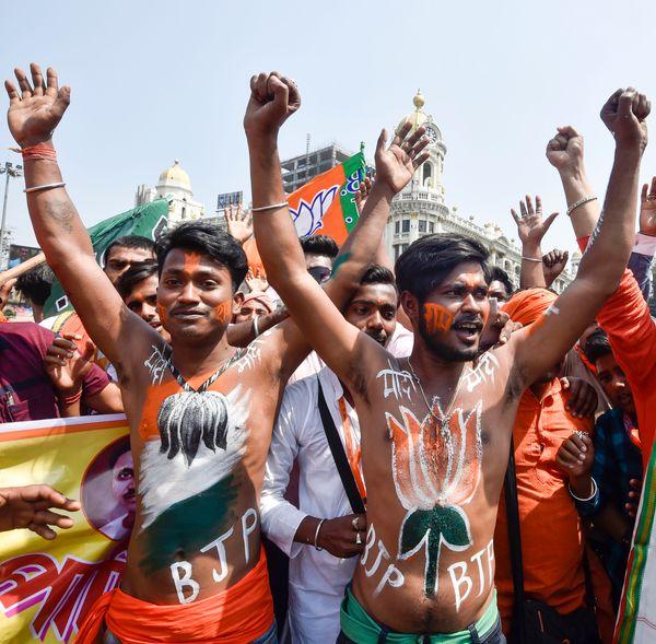 कुछ समर्थक अपने शरीर पर BJP का चुनाव चिह्न कमल का फूल बनवाकर पहुंचे। उन्होंने शरीर पर BJP, मोदी और राम भी लिखवा रखा था।