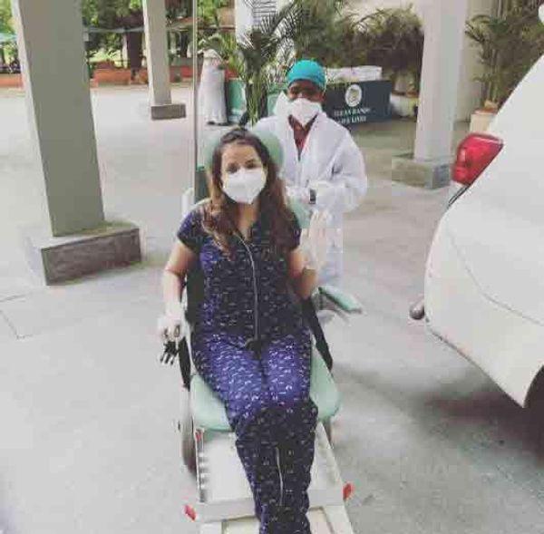 कोरोना से उबरने के बाद श्रृंखला से अस्पताल से छुट्टी के समय की तस्वीर