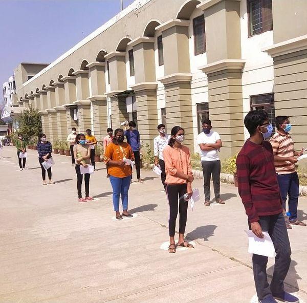 सोशल डिस्टेंसिंग के साथ विद्यार्थियों को प्रवेश दिया गया।