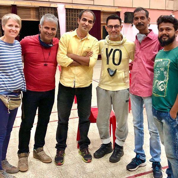 फिल्म कोई जाने न के सेट पर आमिर खान और अमीन हाजी के साथ सुधीर दायमा, संतोष बेराजदार, शैरलेट हाजी।