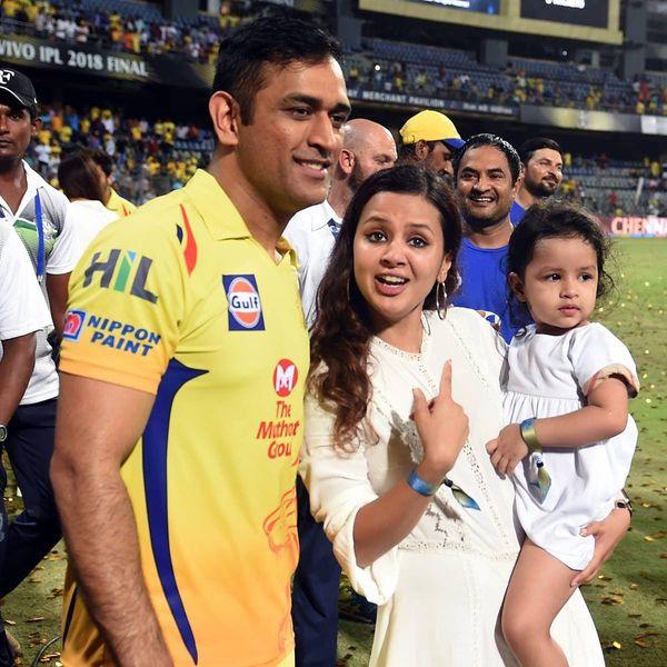 IPL मैच के दौरान धोनी, साक्षी और बेटी जीवा।