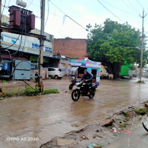 बारिश के दौरान लोग भींगते रहे।