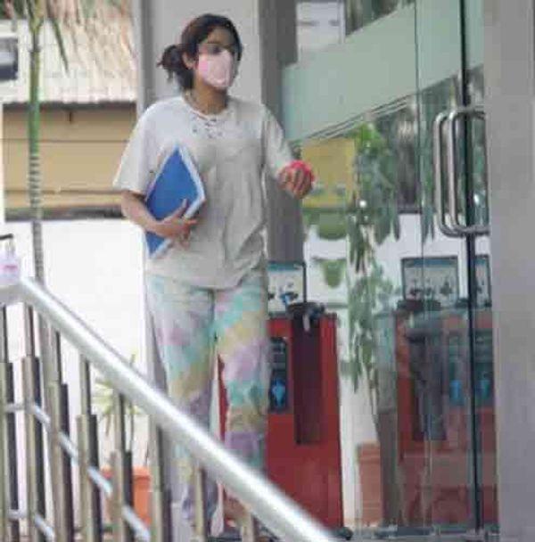 जाह्नवी कपूर हिंदुजा अस्पताल के बाहर