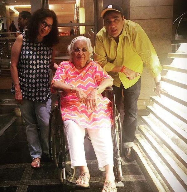 साहिल मां और पत्नी के साथ