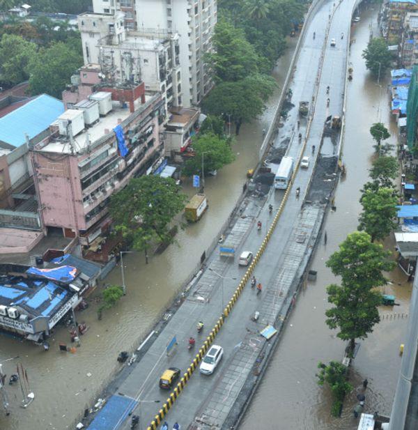 मुंबई के हिंदमाता इलाके में भरा पानी।