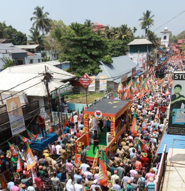 केंद्रीय गृह मंत्री अमित शाह ने त्रिपुनिथुरा शहर में रोड शो किया।