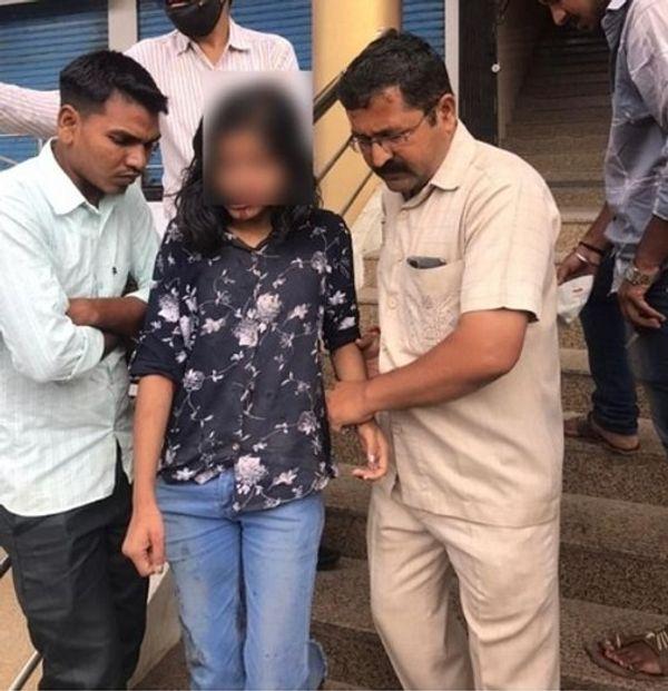 ऑटो से कूदने पर घायल हुई लड़की को एक NGO के लोग हॉस्पिटल लेकर गए।